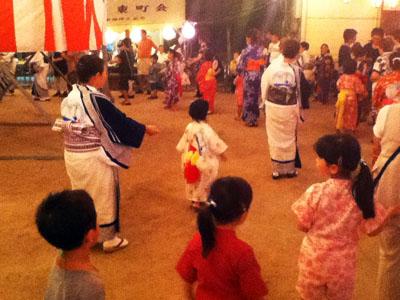 子供も踊る