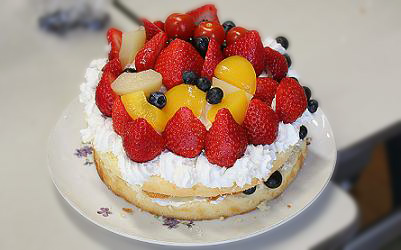 トマトがのっているケーキ